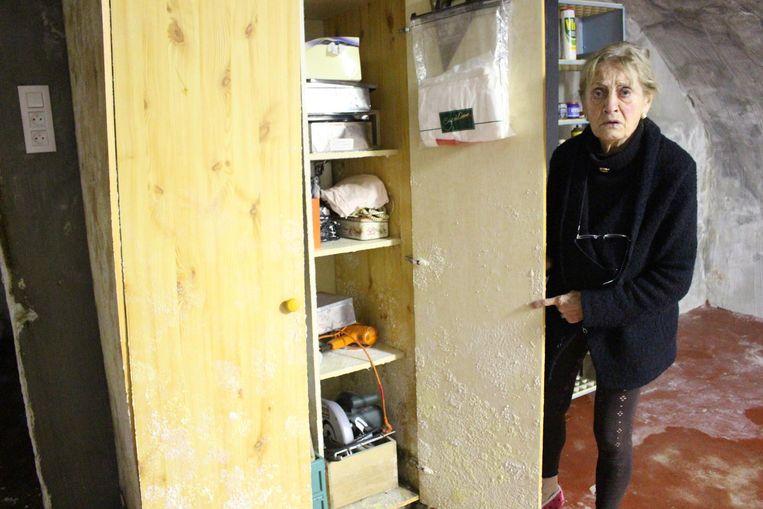 Maria Gerard (83) toont dat ook de kast niet gespaard is.