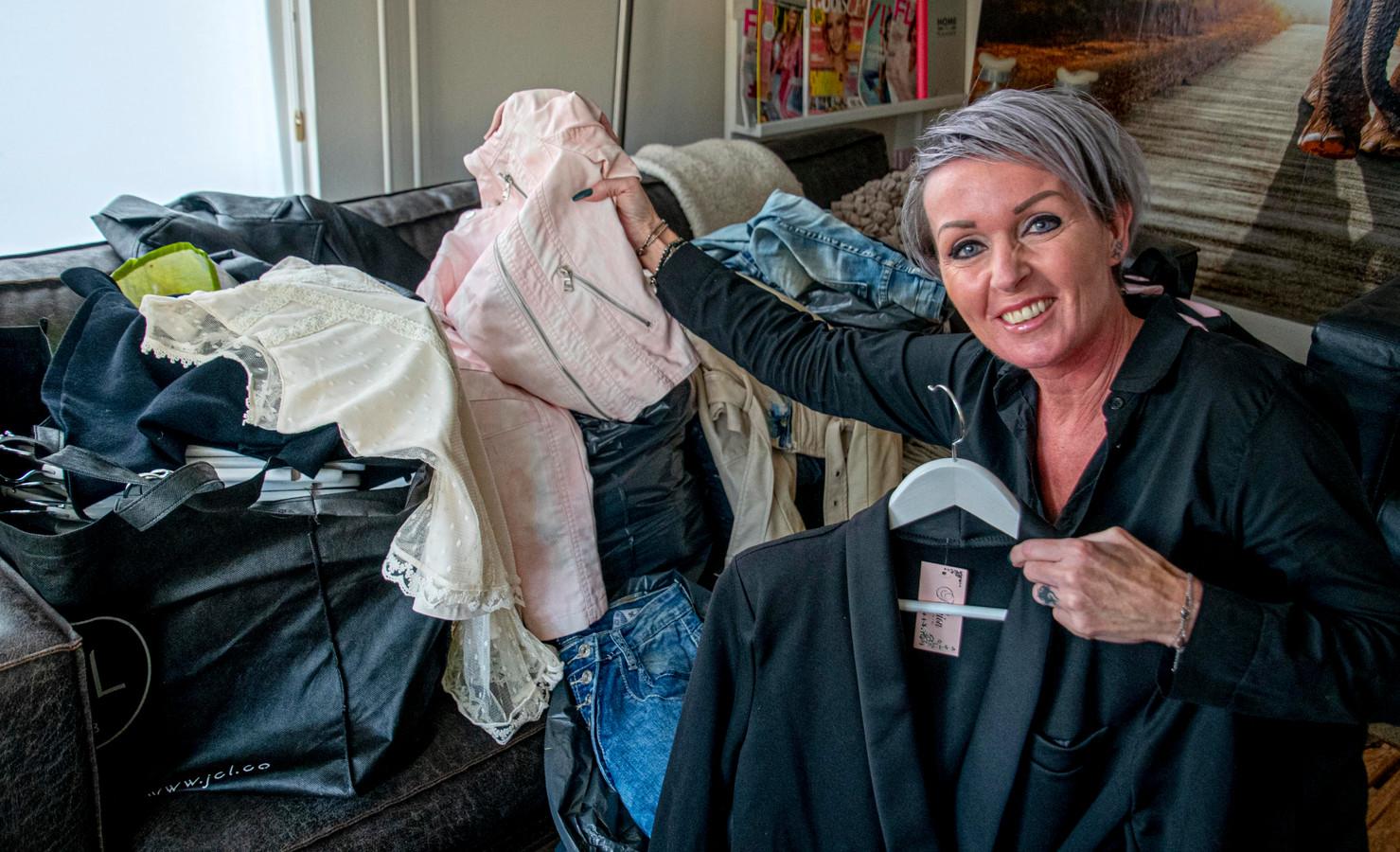 Twee jaar geleden sloot Linda Steijlen haar winkel in Tilburg, omdat ze ziek werd. Nu deelt ze gratis de hele inboedel uit.