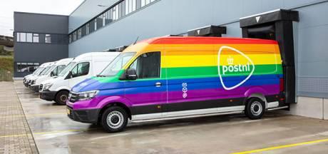 Regenboogbus van PostNL in Den Haag en Naaldwijk voor Coming Out Day