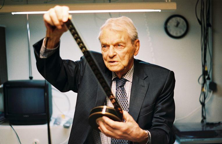 Henk van der Linden in zijn archief. Beeld RV - Maarten van Riel