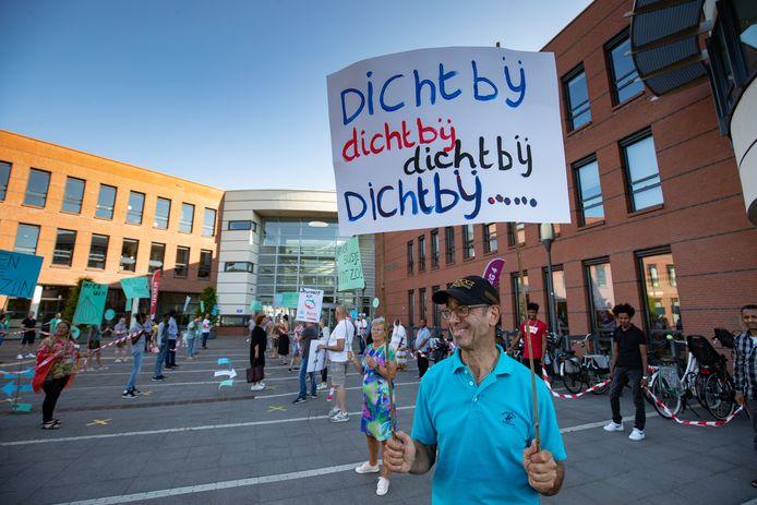Medewerkers en cliënten van welzijnsorganisaties protesteren tegen bezuinigingen en een strenger welzijnsbeleid in Kampen.