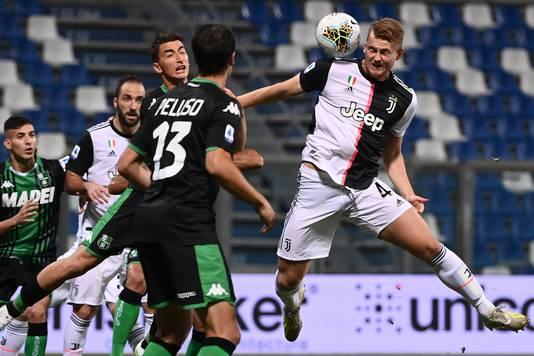 Matthijs de Ligt in actie tijdens Sassuolo - Juventus (3-3) op 15 juli.