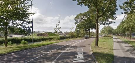 Auto rijdt kanaal in Apeldoorn in, bestuurder redt zichzelf