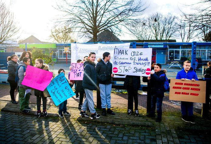 Ouders en kinderen protesteren tegen sluiting van De Catamaran.