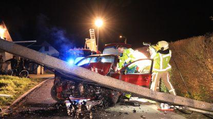 Jonge bestuurster levensgevaarlijk gewond na zware klap tegen verlichtingspaal