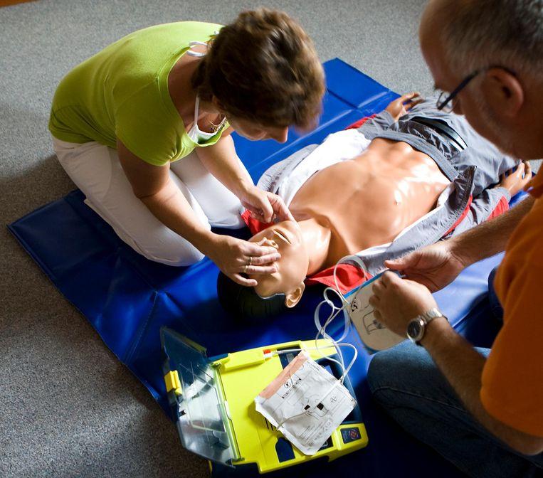 Reanimatie bij volwassenen en kinderen met oa hartmassage, het gebruik van de AED (automatische externe defibrillator) tijdens de cursus EHBO Beeld anp