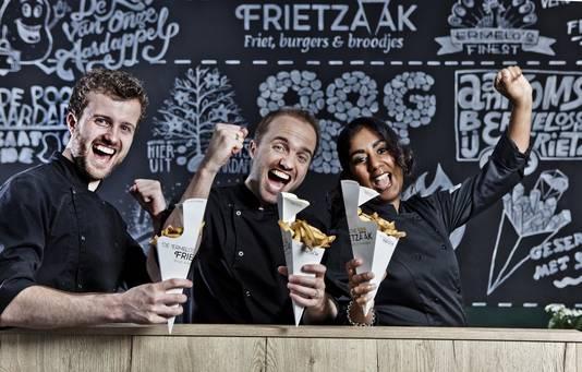 Winnaars van de AD-friettest 2016: Koen en Wouter van der Haar, en Wouters echtgenote Larissa (van links naar rechts).