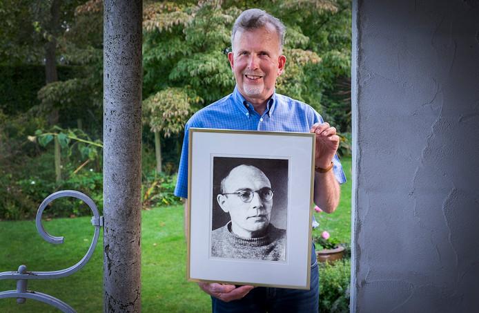 Theo Giesbers met een portret van Karl Leisner.