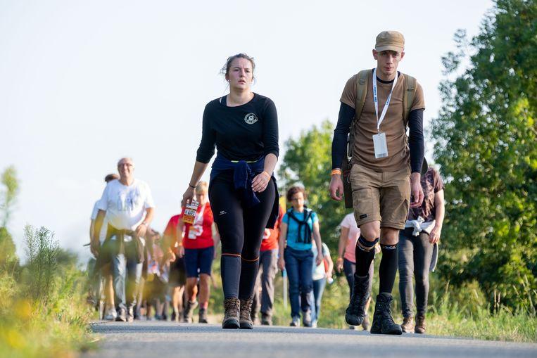 Bij Zates houden de wandelaars van de 50ste Dodentocht voor het laatst halt vooraleer ze de finish bereiken.