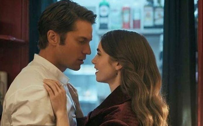 """Gabriel et Emily dans la série """"Emily in Paris"""""""