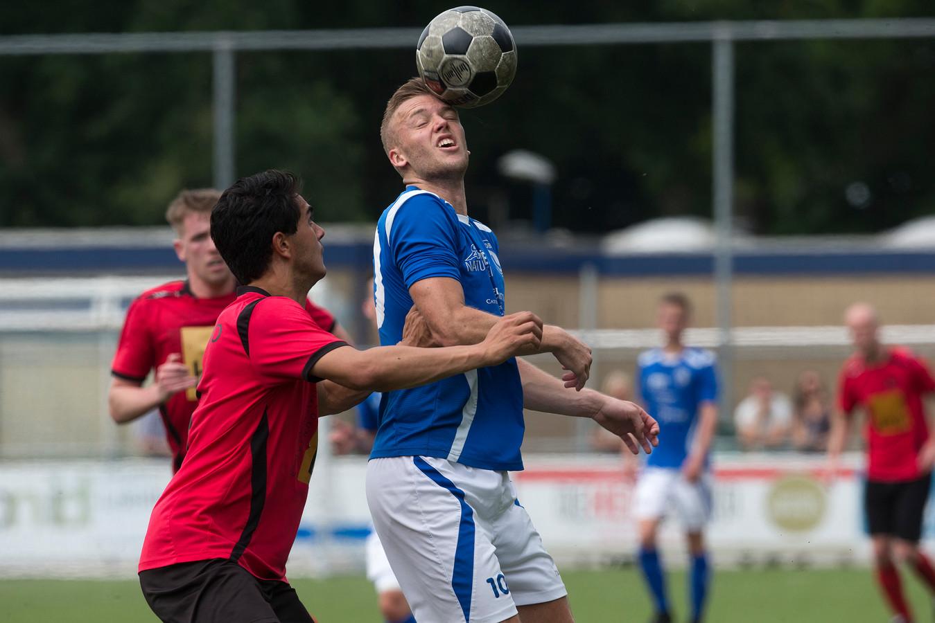 Freek Gesthuizen (rechts) speelt komend seizoen voor AZSV.