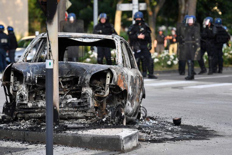 Een uitgebrande auto in Dijon.  Beeld AFP