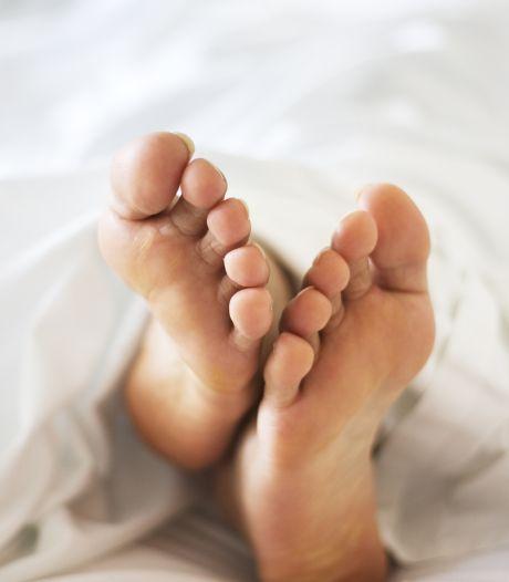 Man die met mond en handen aan  geslacht van slapende vriend zat, komt weg met relatief milde straf