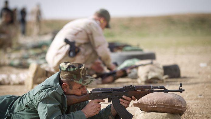 Nederlandse trainers leiden samen met coalitiepartners acht pelotons Koerdische Peshmerga-strijders op rond de Iraakse stad Erbil