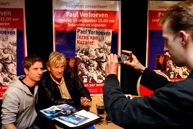 Op de foto met een fan tijdens een signeersessie van zijn boek 'Jezus van Nazaret'. Beeld ANP