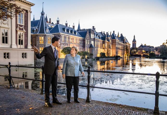 Minister-president Mark Rutte en  bondskanselier Angela Merkel tijdens een eerder bezoek aan Den Haag vorig jaar.