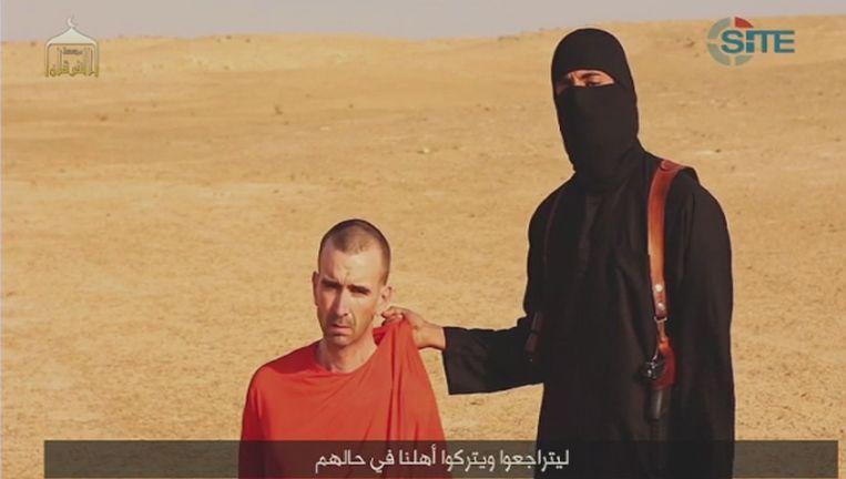 Still uit de onthoofdingsvideo van de Amerikaanse journalist Steven Sotloff met de Britse gijzelaar die wordt getoond aan het einde van de video. Beeld reuters