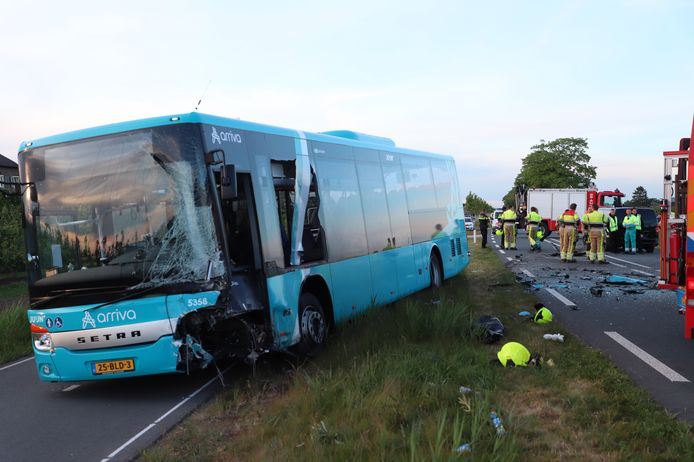 De bus kwam frontaal in botsing met een personenauto. De automobiliste kwam daarbij om het leven.