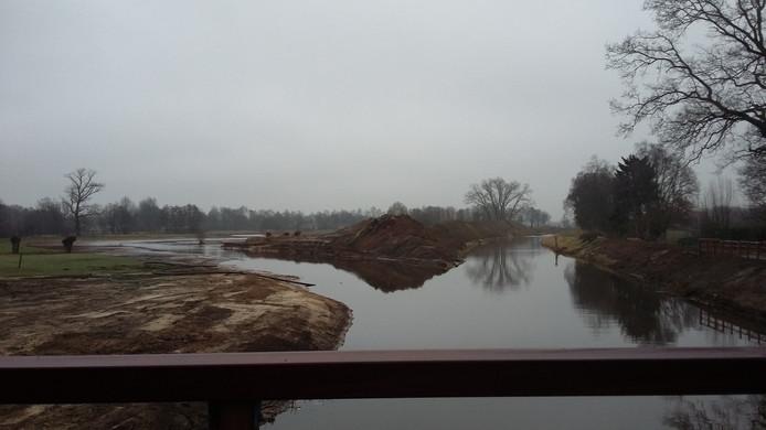De Aa gezien vanaf de nieuwe brug bij Seldensate. Rechts de oude Aa, die wordt gedempt. Links de nieuwe meander.