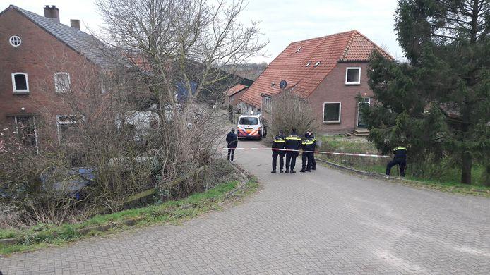 De politie aan de Randwijkse Rijndijk bij Heteren.