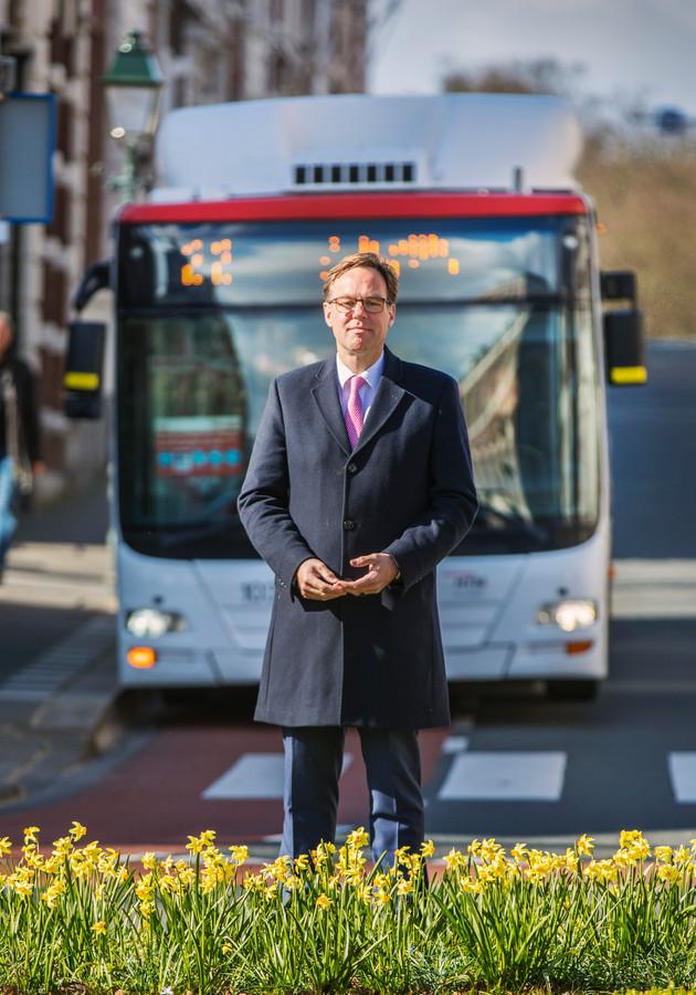 HTM tijdens de Coronacrisis. Er rijden 50% minder trams en bussen. Directeur Jaap Bierman met op de achtergrond bus 22 op het Bankaplein