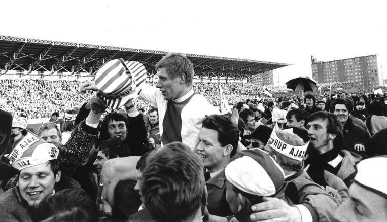 Ajax-supporters nemen na de wedstrijd Ton Pronk op de schouders. Beeld Spaarnestad