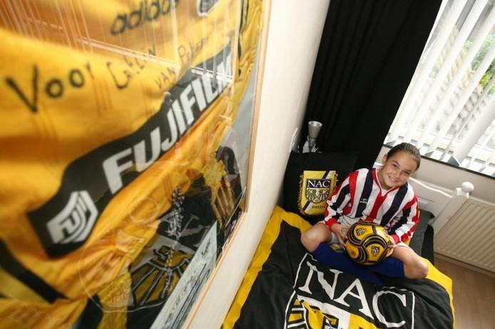 Caitlin in haar NAC-kamer. Ze zou graag bij NAC willen spelen en vindt het jammer dat de club geen meisjesteams heeft. foto Ramon Mangold/het fotoburo