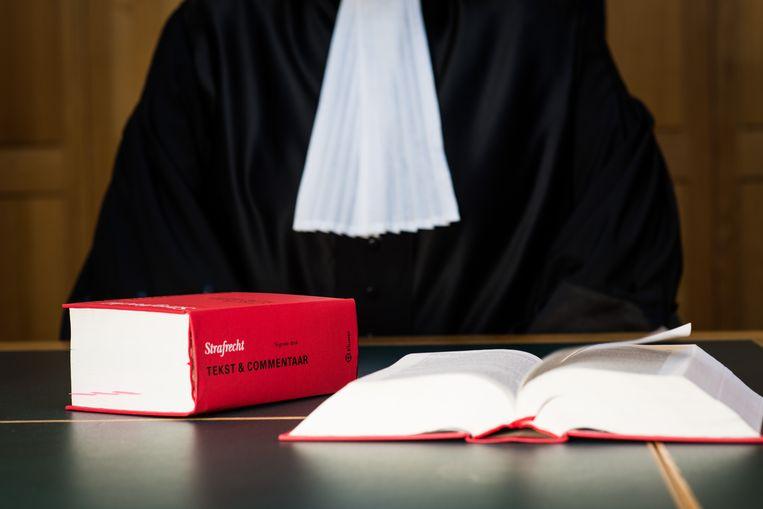 2014-03-05 13:30:44 ILLUSTRATIE - Een rechter met wetboek in de rechtzaal. ANP XTRA ROOS KOOLE