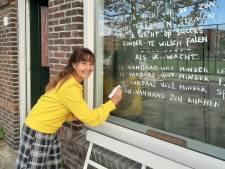 Haarlemse Mish schrijft elke week gedichtjes op haar raam: 'Het is dat kleine beetje wat we nu voor elkaar kunnen doen'