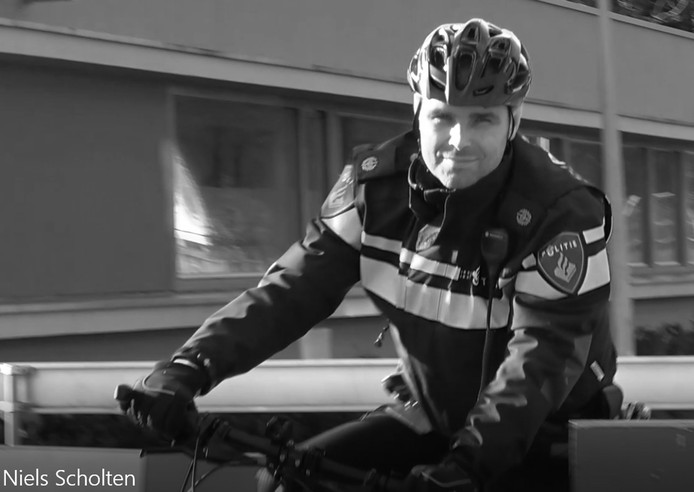 De sportieve wijkagent trapt per mountainbike door 'zijn' Helmerhoek in Enschede.