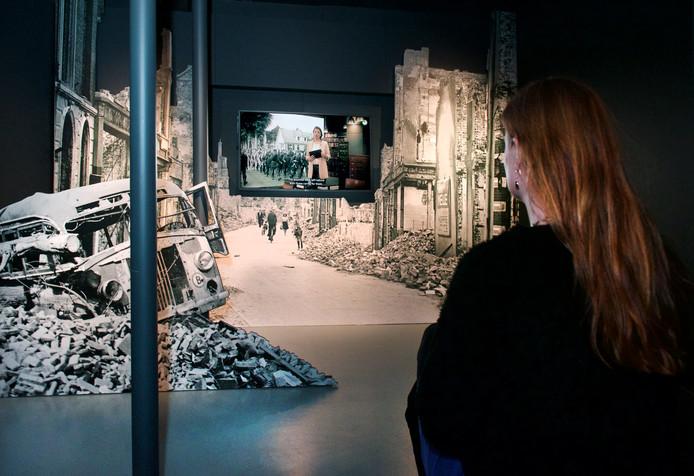 Een bezoeker van het Airborne Museum in Oosterbeek bekijkt een expositie over het verzet na de Slag om Arnhem (archiefbeeld).