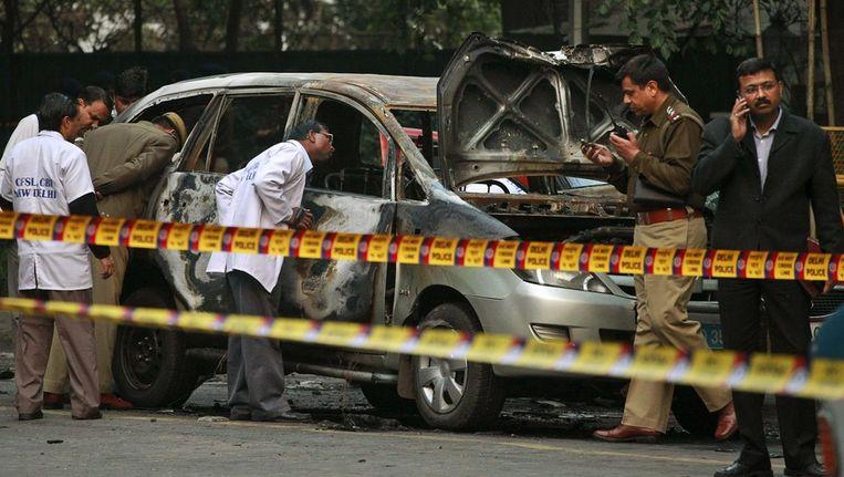 Forensische experts van de politie in New Delhi onderzoeken het wrak van de auto van de Israëlische ambassadeur. Beeld ap