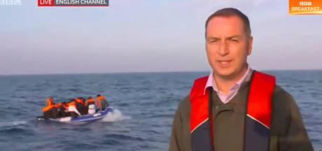 """Ce reporter britannique fait polémique en se filmant devant un bateau de migrants: """"Pauvre spectacle"""""""