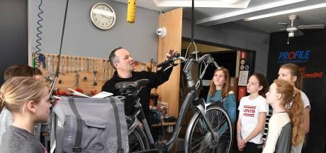 Een fietsband plakken: dat is ook kennis maken met techniek bij Techno Promo