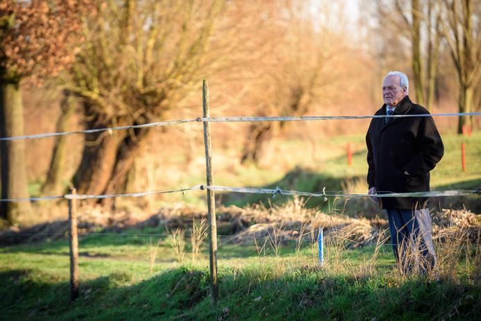 Johan Verschuuren op de plek waar hij op 1 januari 1945 een handschoen vond van een omgekomen Duitse piloot.