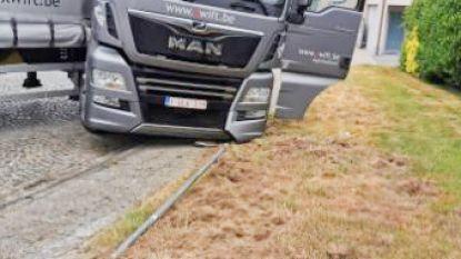 Geslipte vrachtwagen verspert Kattenberg in Ename