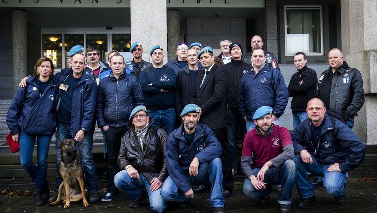Veteranen van Dutchbat III poseren voor een groepsfoto. Beeld anp