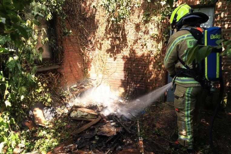 Het vuur situeerde zich naast een leegstaande woning in de Liefkenshoekstraat.