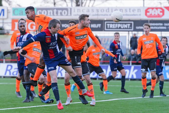 Excelsior Maassluis-aanvoerder Vincent van den Berg (captain) scoort 2-2.