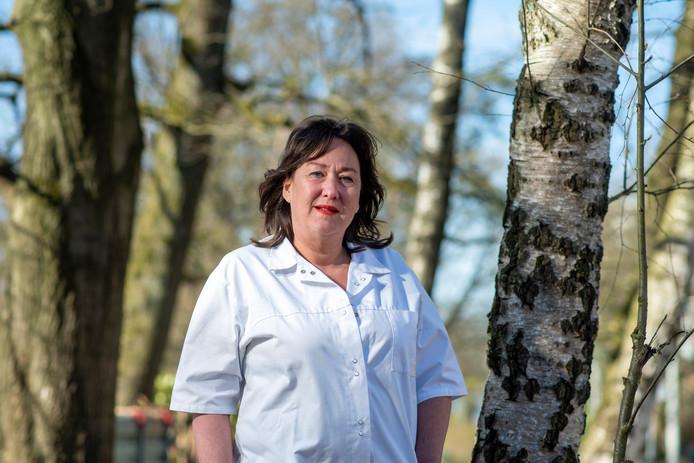 VVD-gemeenteraadslid Karin Kalthoff heeft weer even de witte jas van de verpleegkundige aangetrokken, om in tijden van corona de zwaar belaste collega's in de zorg bij te staan.