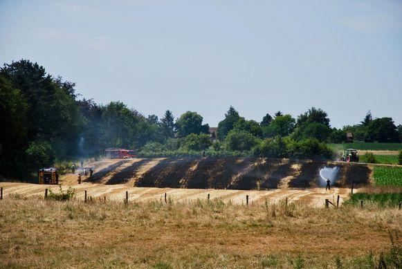 Een hectare stro werd gistermiddag in de as gelegd. Hier is de schade duidelijk te zien.