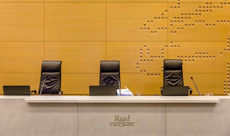 2017-07-13 11:25:20 DEN HAAG - De tafel van de voorzitter in de rechtszaal bij de Raad van State. Beeld ANP