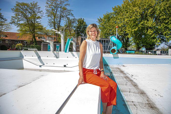 Voorzitter Rinette van der Vliet van Openluchtbad Zwolle is blij dat er vanaf 13 juni weer kan worden gezwommen in haar zwembad.
