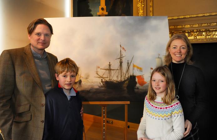 Michiel Inder Rieden staat met zijn vrouw Mary en kinderen Mathijs en Sophie voor de reproductie van De Slag bij de Medway, onderdeel van de Tocht naar Chatham in 1667. Het gezin was uit Engeland overgekomen om de overdracht van zes schilderijen uit de Inder Rieden-collectie aan het muZEEum in Vlissingen luister bij te zetten.