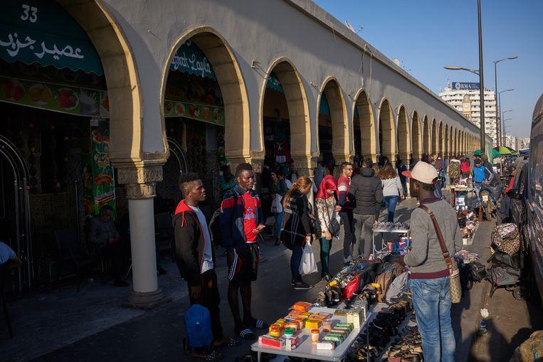 Migranten verkopen spullen op een straat in Casablanca Beeld Samuel Aranda