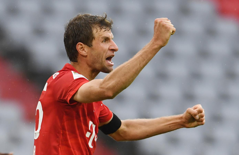 Thomas Müller juicht na zijn goal tegen Eintracht Frankfurt.