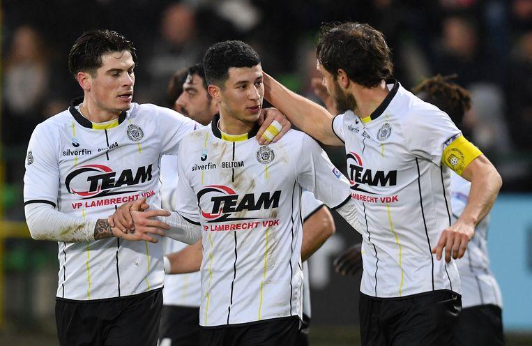 Amine Benchaib (m.) krijgt felicitaties van zijn ploegmakkers na zijn doelpunt.