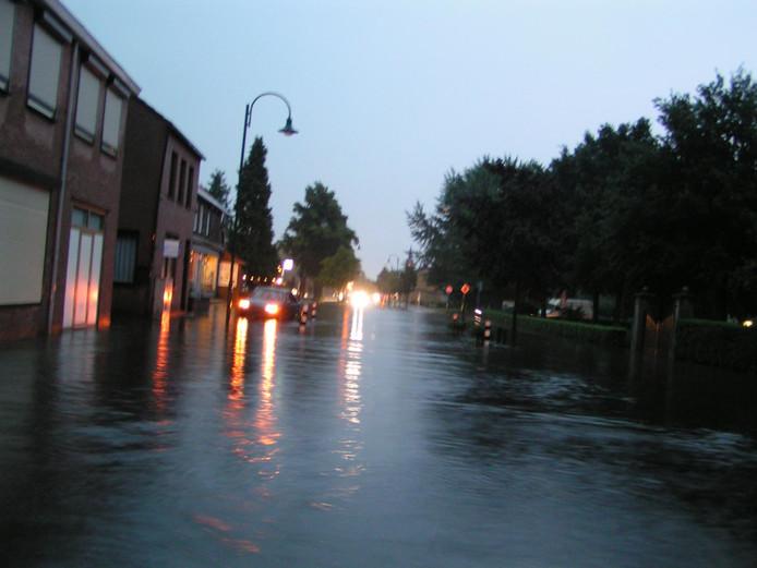 Een aantal straten in Putte heeft flinke wateroverlast na een hoosbui. Ruim tien jaar geleden was dat ook nog het geval in de Antwerpsestraat.