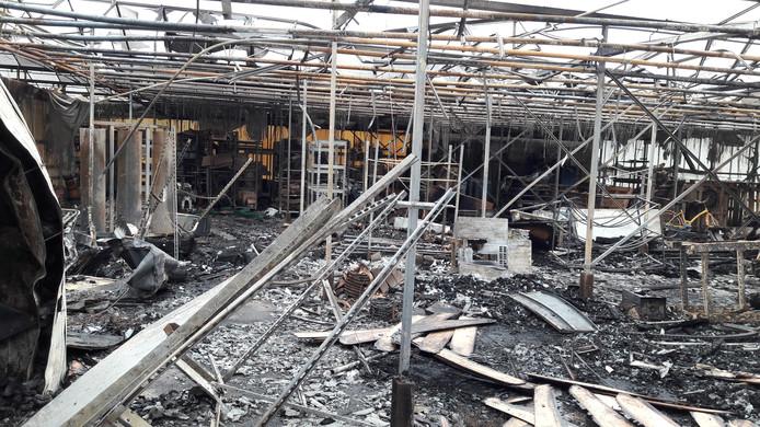 De uitslaande brand heeft bloemisterij Wilhelmina in Groesbeek verwoest. foto: Joop Verstraaten