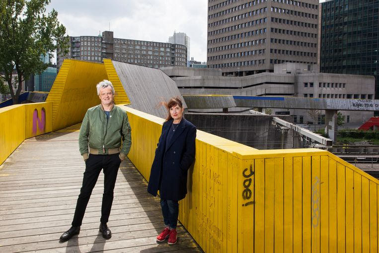 Architectuurhistorici Wouter Vanstiphout en Michelle Provoost op de Luchtsingel in Rotterdam. Beeld null